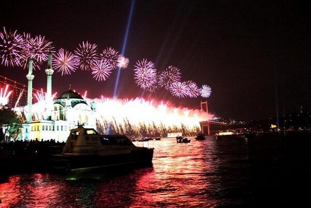 Новогодний фейерверк в Стамбуле